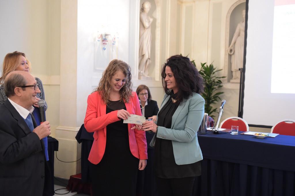Sara Negrosini e Francesca Mamo ricevono l'assegno da Luigi Laratta